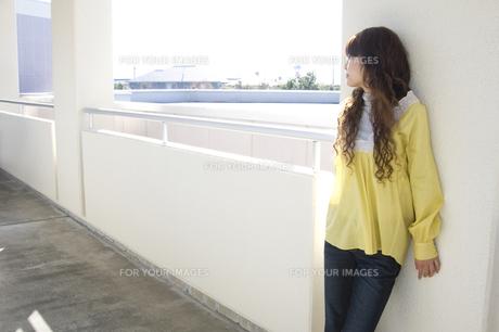 若い女性 FYI00476535