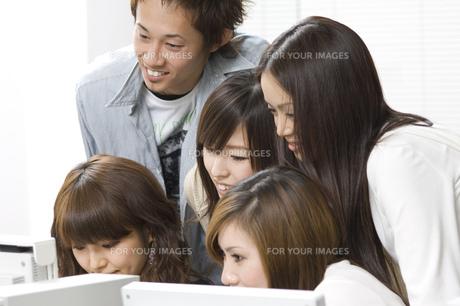 日本人大学生男女グループ FYI00476539