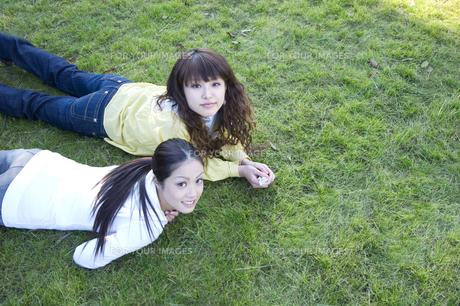 芝の上に横たわる学生 FYI00476540
