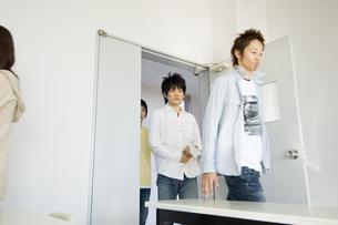 教室に入る学生 FYI00476544