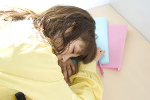 居眠りをする学生 FYI00476547
