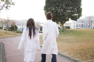 白衣を着た学生 FYI00476552