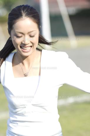 サッカーをする女性 FYI00476553