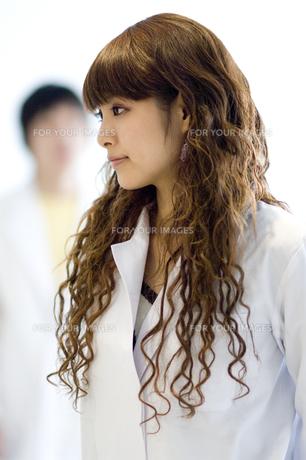 白衣を着た女子学生 FYI00476554