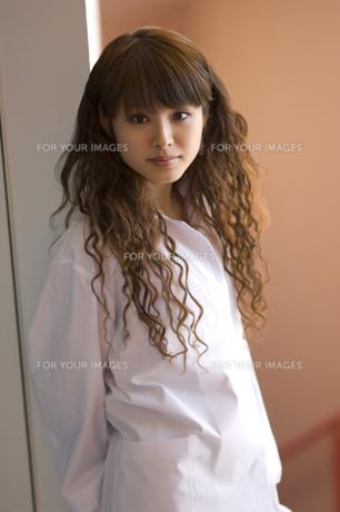 白衣を着た女子学生 FYI00476561