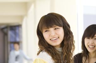 笑顔の女性 FYI00476564