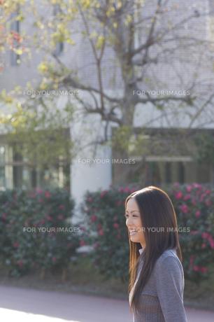 笑顔の女性 FYI00476568