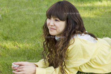 芝生に寝転ぶ女性 FYI00476572