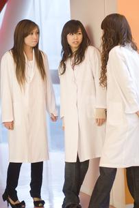 白衣を着た女子学生 FYI00476574