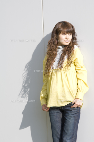 若い女性 FYI00476575