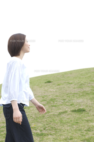 芝生の上を歩く女性 FYI00476578