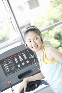 トレーニングをする女性 FYI00476585