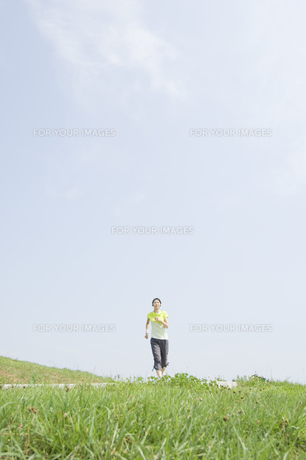 ジョギングをする女性 FYI00476589
