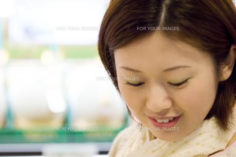 下を向き微笑む女性 FYI00476590
