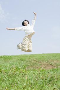 ジャンプをする女性 FYI00476594