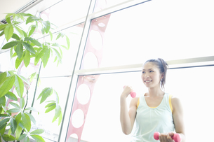 トレーニングをする女性 FYI00476595