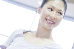 笑顔の女性 FYI00476602