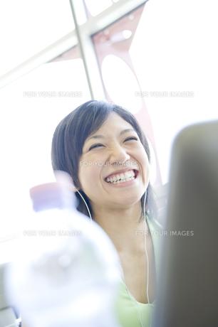 笑顔の女性 FYI00476603