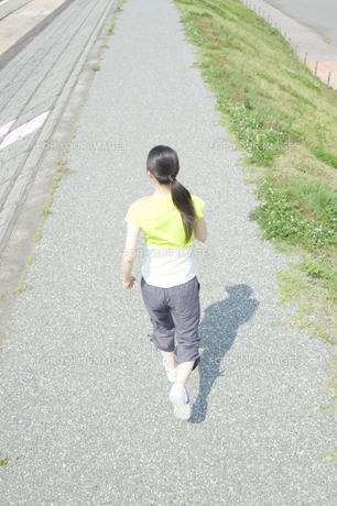 ジョギングをする女性の後姿 FYI00476604