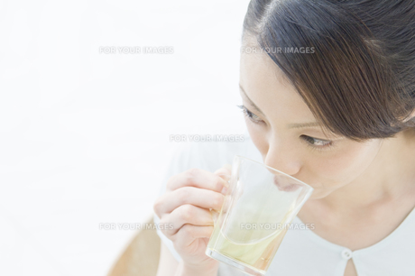 お茶を飲む女性 FYI00476611