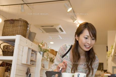 ショッピングをする女性 FYI00476624