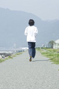 ジョギングをする男性の後姿 FYI00476627