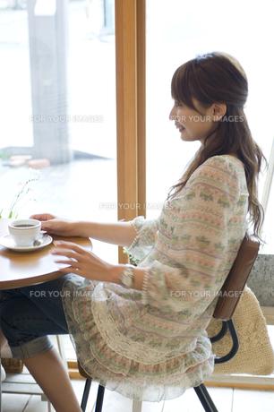 カフェでコーヒーを飲む女性 FYI00476628