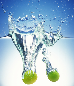 水中の果物 FYI00477044