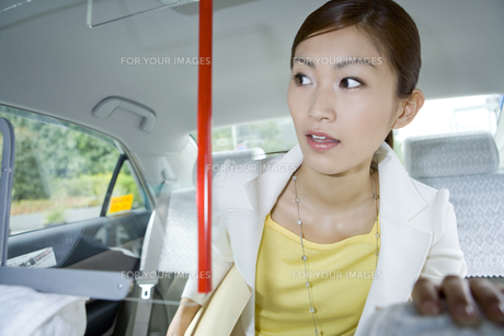 タクシーに乗って行き先を告げる FYI00479799