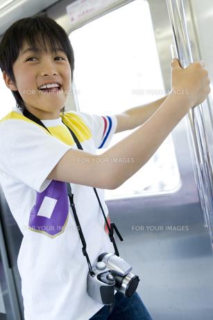 電車内の手すりにつかまる男の子 FYI00479898