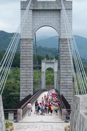 風の吊り橋と子供たち FYI00481003