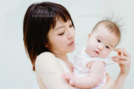 お母さんに抱っこされる赤ちゃん  FYI00481486