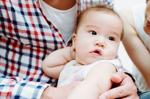 ポージングが決まっている赤ちゃん FYI00481493