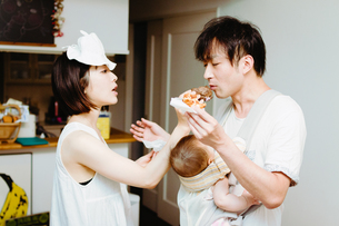 家族の日常、シュークリームを食べるの巻 FYI00481494
