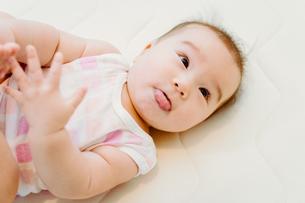 何かに注目している赤ちゃん FYI00481497