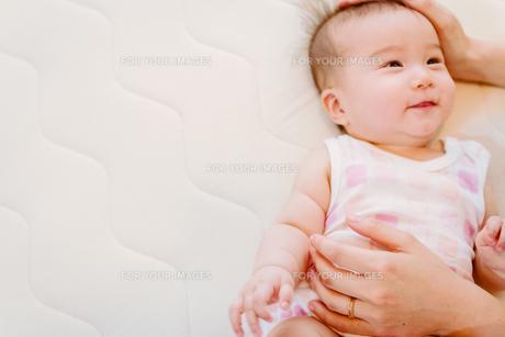 お母さんに夢中な赤ちゃん FYI00481498