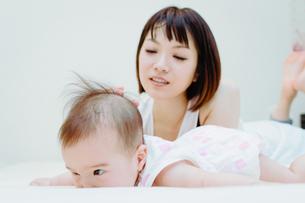お母さんと赤ちゃんの日常の素材 [FYI00481499]