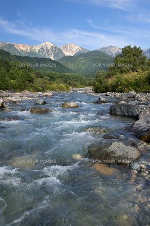 夏の終わりの白馬三山と松川の青い流れ FYI00481505