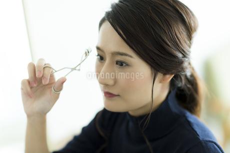メイクをする女性 FYI00481936