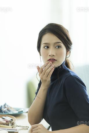 唇を触る女性 FYI00481947