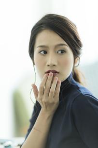 唇を触る女性 FYI00481948