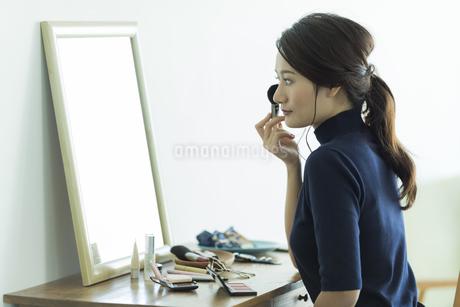 メイクをする若い女性 FYI00481954