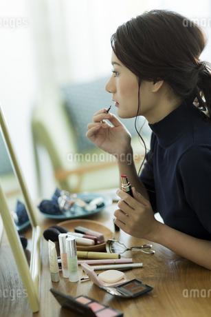 メイクをする女性 FYI00481966