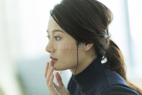 唇を触る女性 FYI00481967