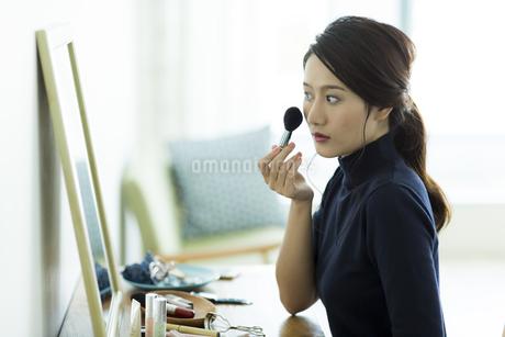メイクをする若い女性 FYI00482003