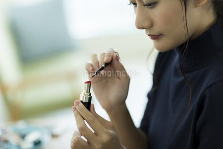 メイクをする女性 FYI00482004