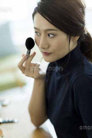 メイクをする若い女性 FYI00482006