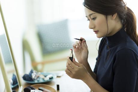 メイクをする女性 FYI00482014