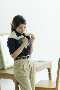 スカーフを巻く女性 FYI00482024