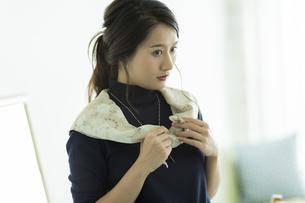 スカーフを巻く女性 FYI00482025